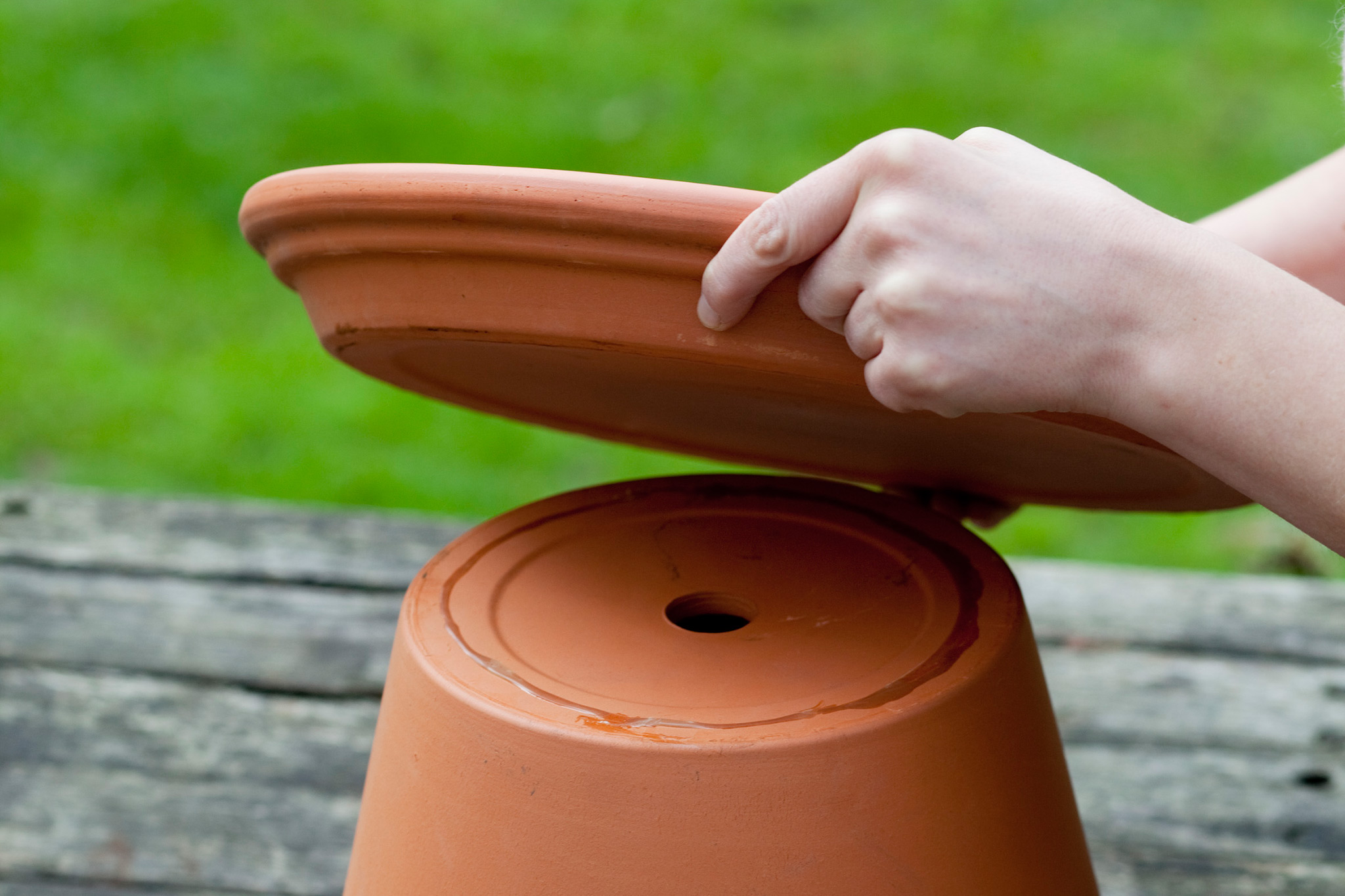 attaching-a-terracotta-saucer-2