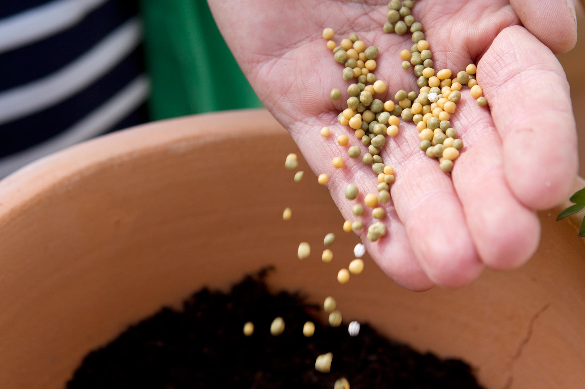 mix-in-slow-release-fertiliser-2