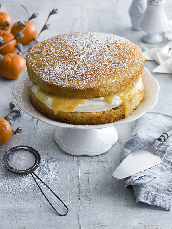 Victoria sponge with spiced Christmas curd