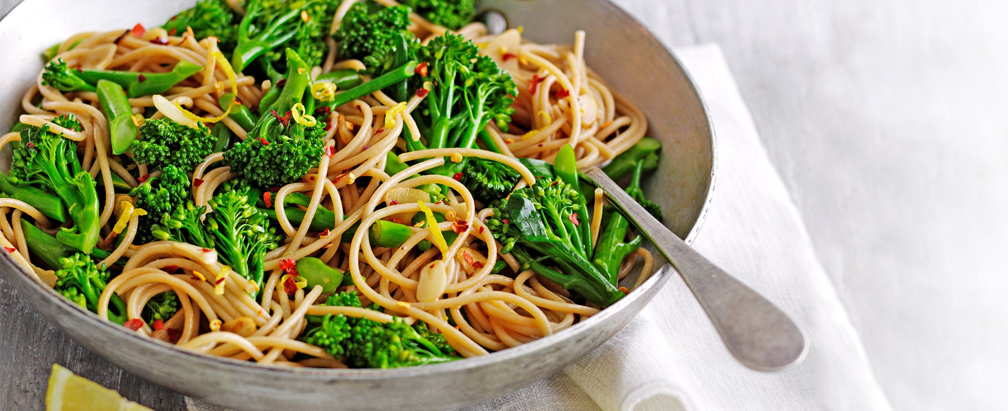 Wholewheat spaghetti with long-stemmed broccoli