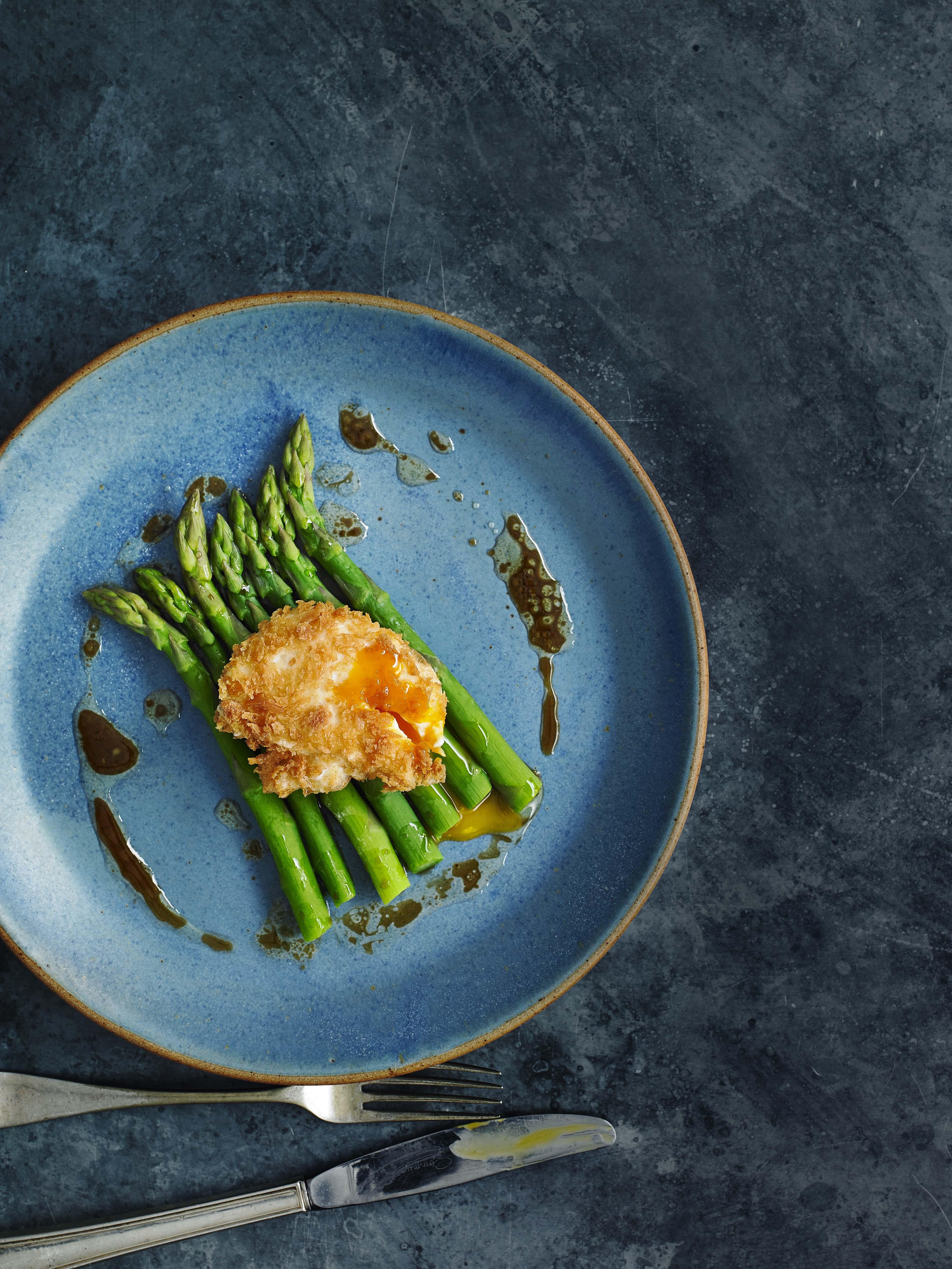 Schnitzel, eggs and asparagus
