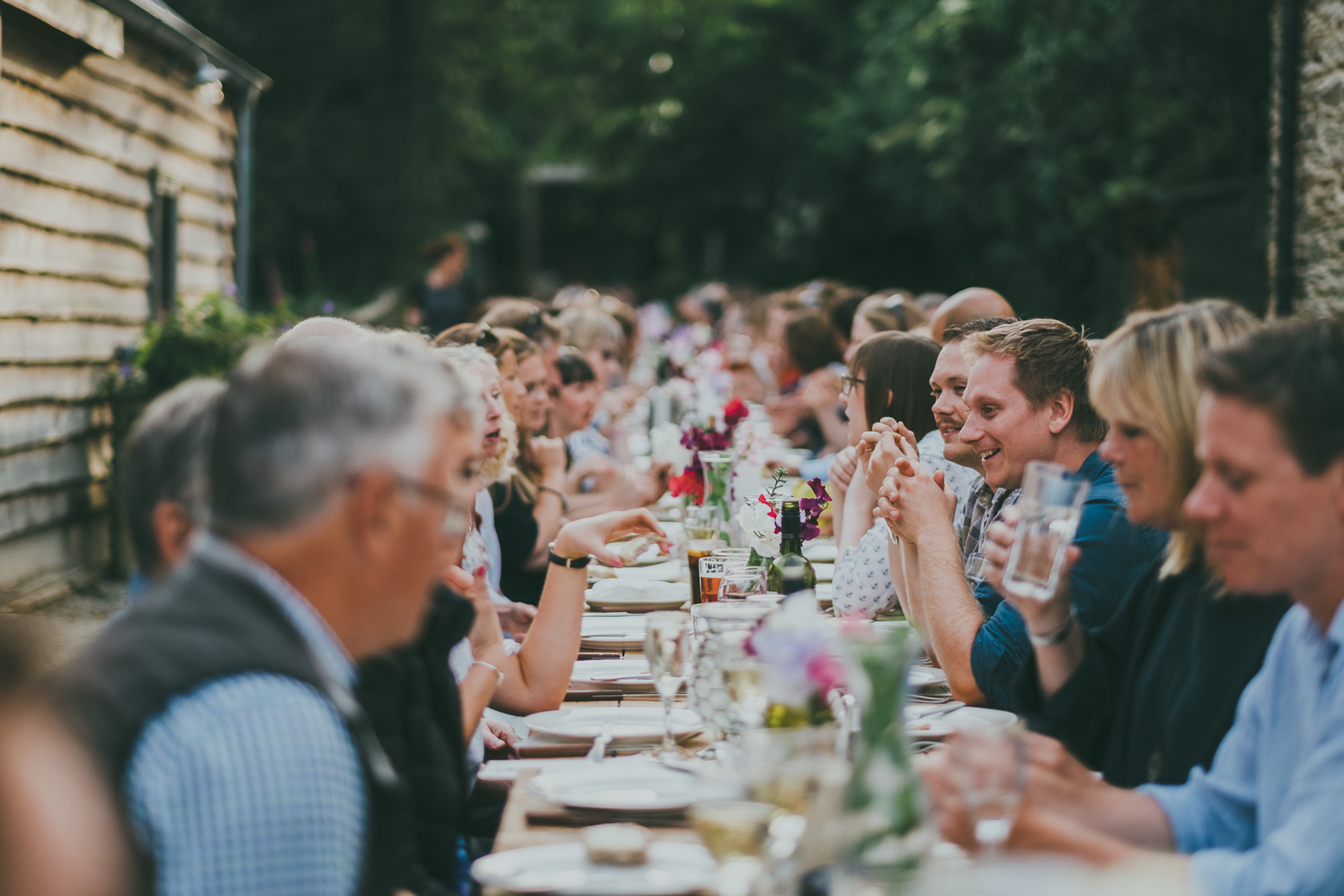1,000 mouths Feast guests eating