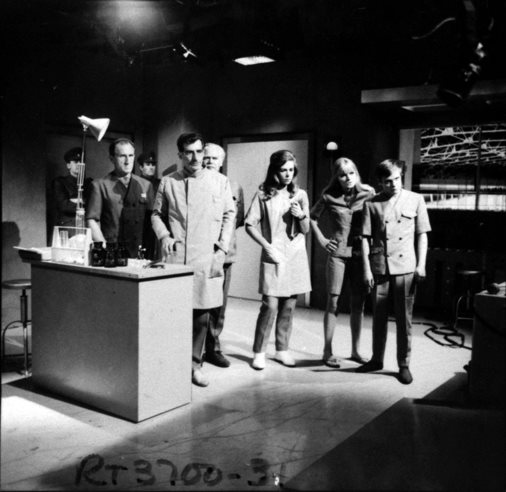 The cast gather in Lesterson's laboratory. Bragen (Bernard Archard), Lesterson (Robert James), Governor Hensell (Peter Bathurst), Janley (Pamela Ann Davy), Polly (Anneke Wills) and Ben (Michael Craze). Shot number RT 3700 31.