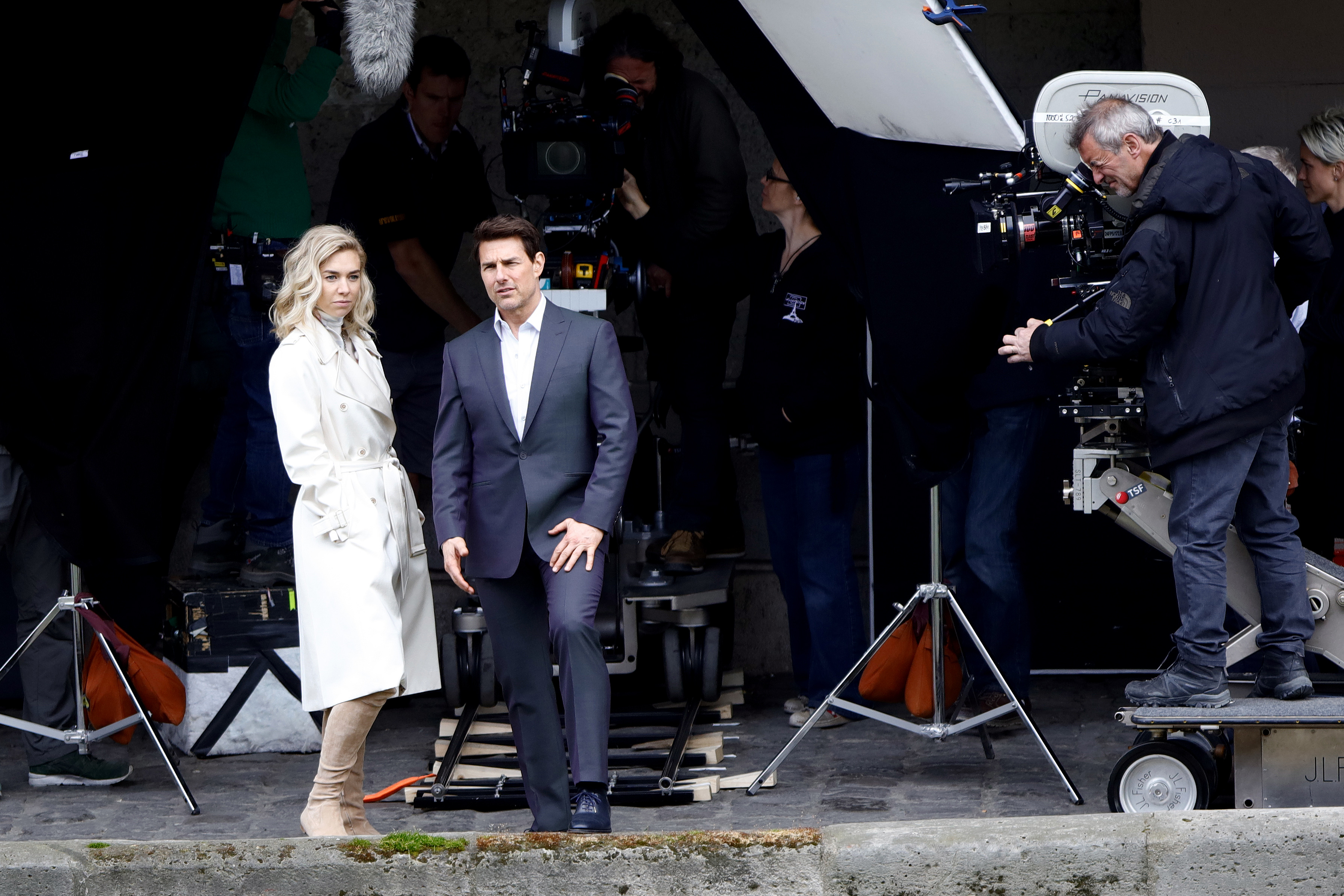 Tom Cruise seen kissing Vanessa Kirby during a scene for 'Mission Impossible 6' in Paris, France, on May 2, 2017 (Getty Images, TG)