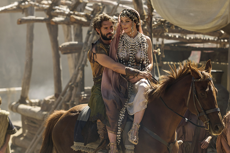 Louis Hunter and Bella Dayne as Paris and Helen in Troy: Fall of a City (BBC, HF)