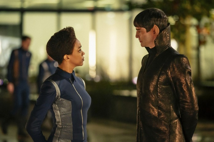 Sonequa Martin-Green as Michael Burnham and James Frain as Sarek in Star Trek: Discovery (Netflix, HF)