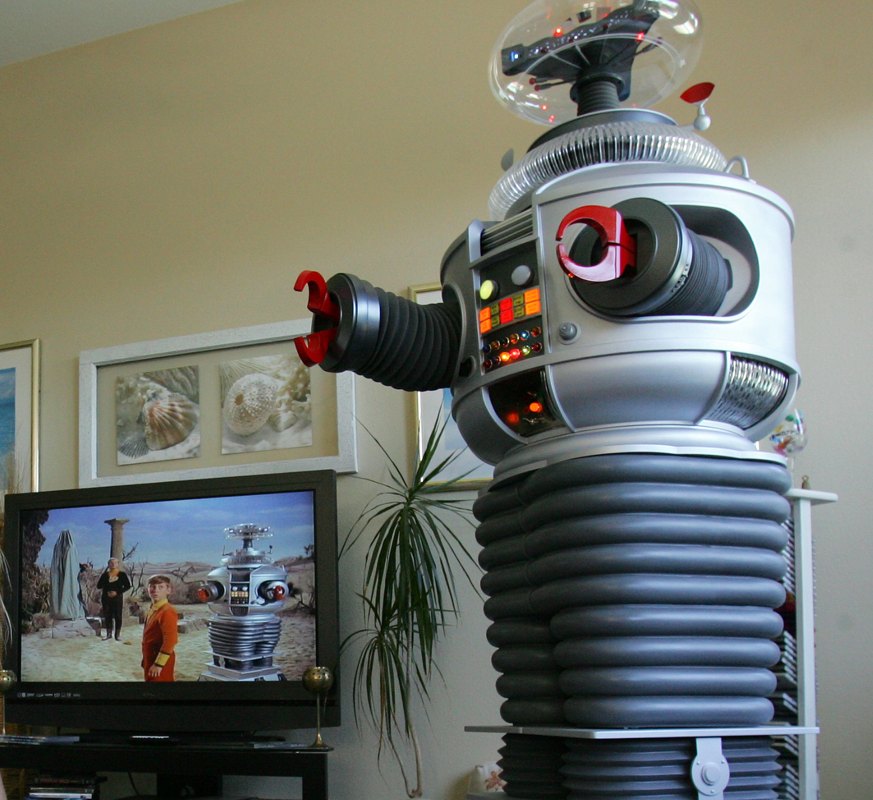 A life size replica of the original Lost in Space Robot created by Tom Boothe (Getty, JG)