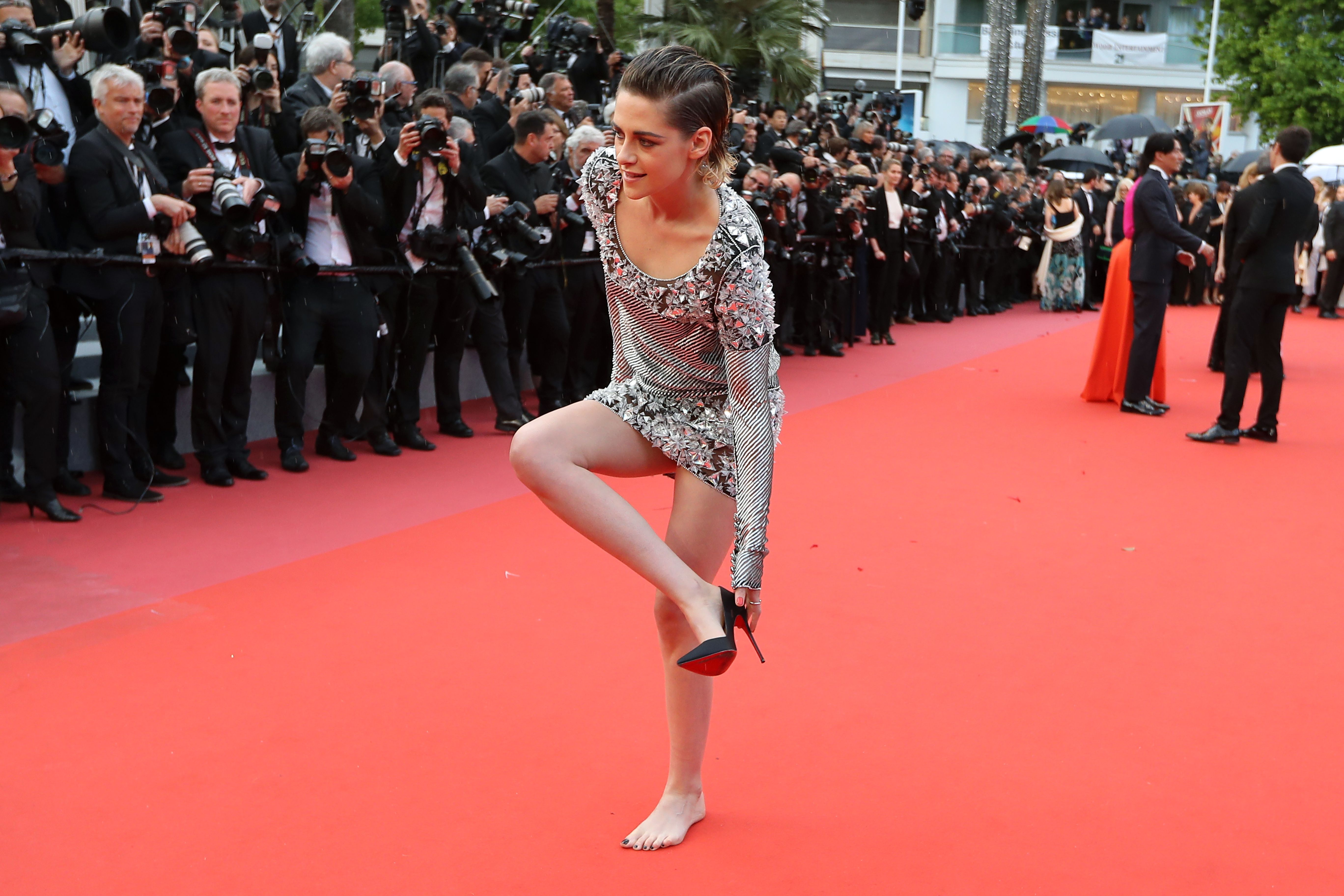 "US actress and member of the Feature Film Jury Kristen Stewart removes her shoes on the red carpet as she arrives on May 14, 2018 for the screening of the film ""BlacKkKlansman"" at the 71st edition of the Cannes Film Festival in Cannes, southern France. (Photo by Valery HACHE / AFP)        (Photo credit should read VALERY HACHE/AFP/Getty Images)  TL"