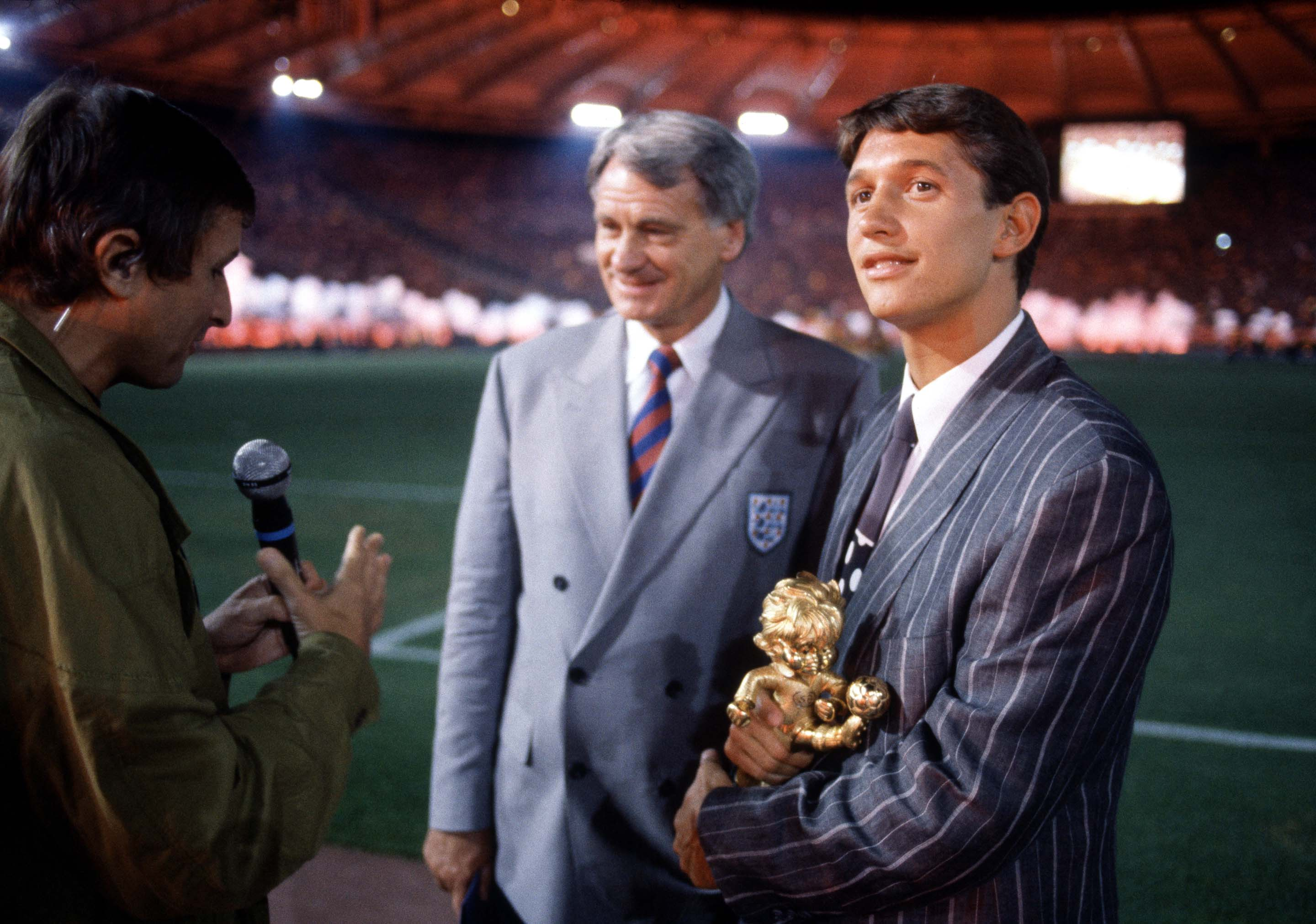 Football World Cup 1990, Gary Lineker is presented with his fairplay trophy as Jim Rosentahl talks to Bobby Robson. (Getty)