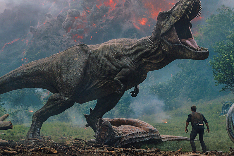 Chris Pratt as Owen Grady and the T-Rex as herself in Jurassic World: Fallen Kingdom (Universal, HF)