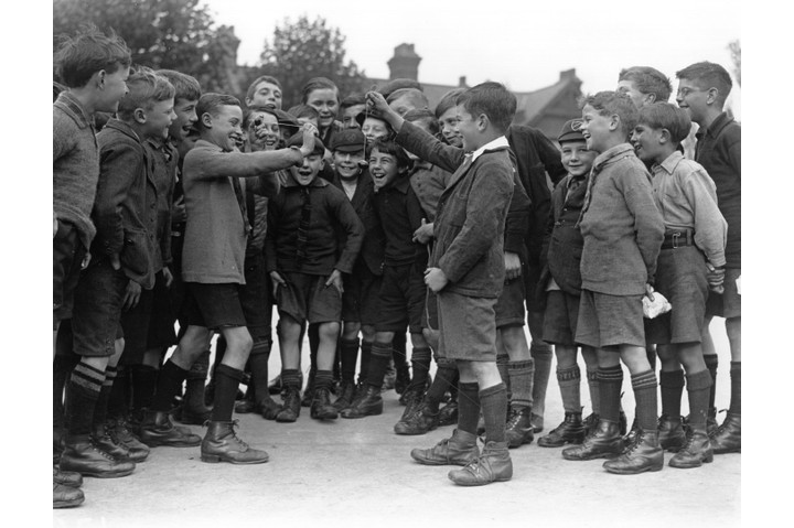 Boys playing conkers in 1926. Horse chestnuts played an unlikely role in the war effort just a few years earlier. (Photo by Fox Photos/Getty Images)