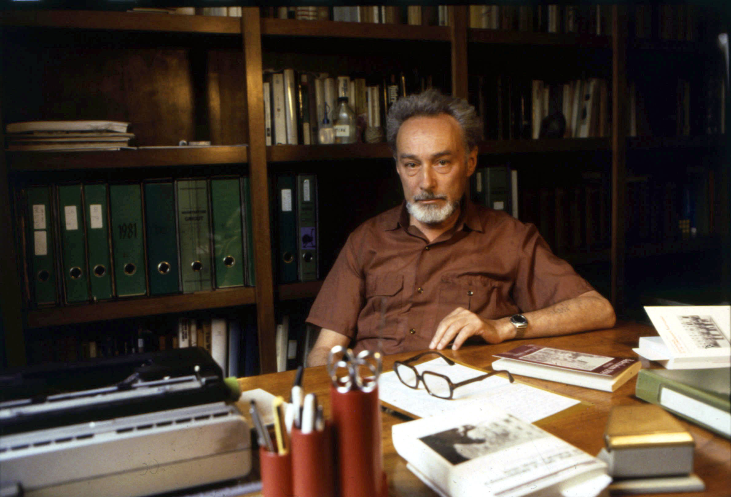 Italian writer Primo Levi sitting at a desk in his study. Turin, 1981. (Photo by Sergio del GrandeMondadori PortfolioMondadori Portfolio via Getty Images)