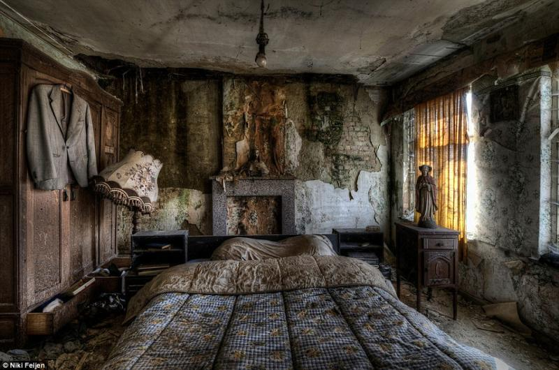Photo of the inside of an abandoned house bedroom