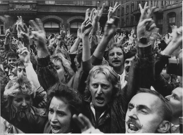 """DDR, Leipzig: Erste Montagsdemonstration in Leipzig fuer Reise- und Versammlungsfreiheit. Bei der Demonstration am Montag abend rufen ausreisewillige DDR-Buerger die Parolen """"Wir wollen raus!"""" und """"Reisefreiheit statt Massenflucht"""". - 04.09.1989"""