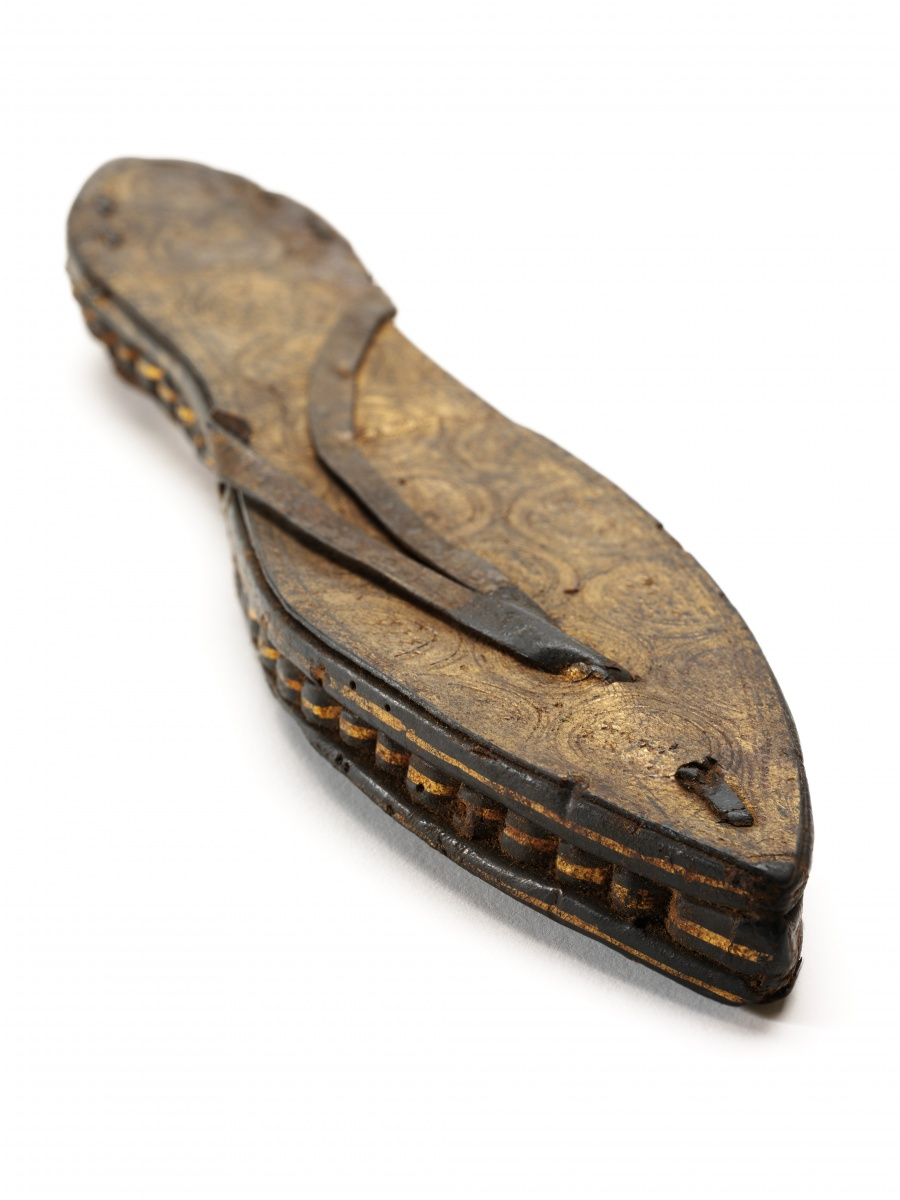 2._One_sandal_gilded_and_incised_leather_and_papyrus_Egypt_c30_BCE-300_CE__Victoria_and_Albert_Museum_London-a75cdbf