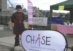 Beefeater20at20the20CHASE20Stand20Tower20Bridge20LR-ae8f908