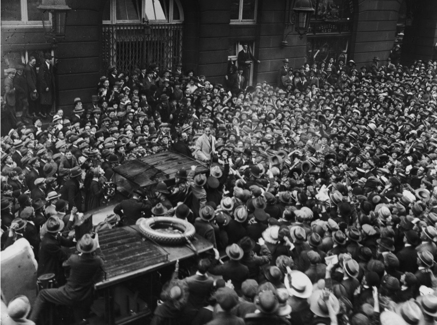 English actor and comedian Charlie Chaplin (1889 - 1977) arrives at the Ritz Hotel in Piccadilly, and is greeted by a horde of ardent admirers, September 1921. (Photo by Topical Press Agency/Hulton Archive/Getty Images)
