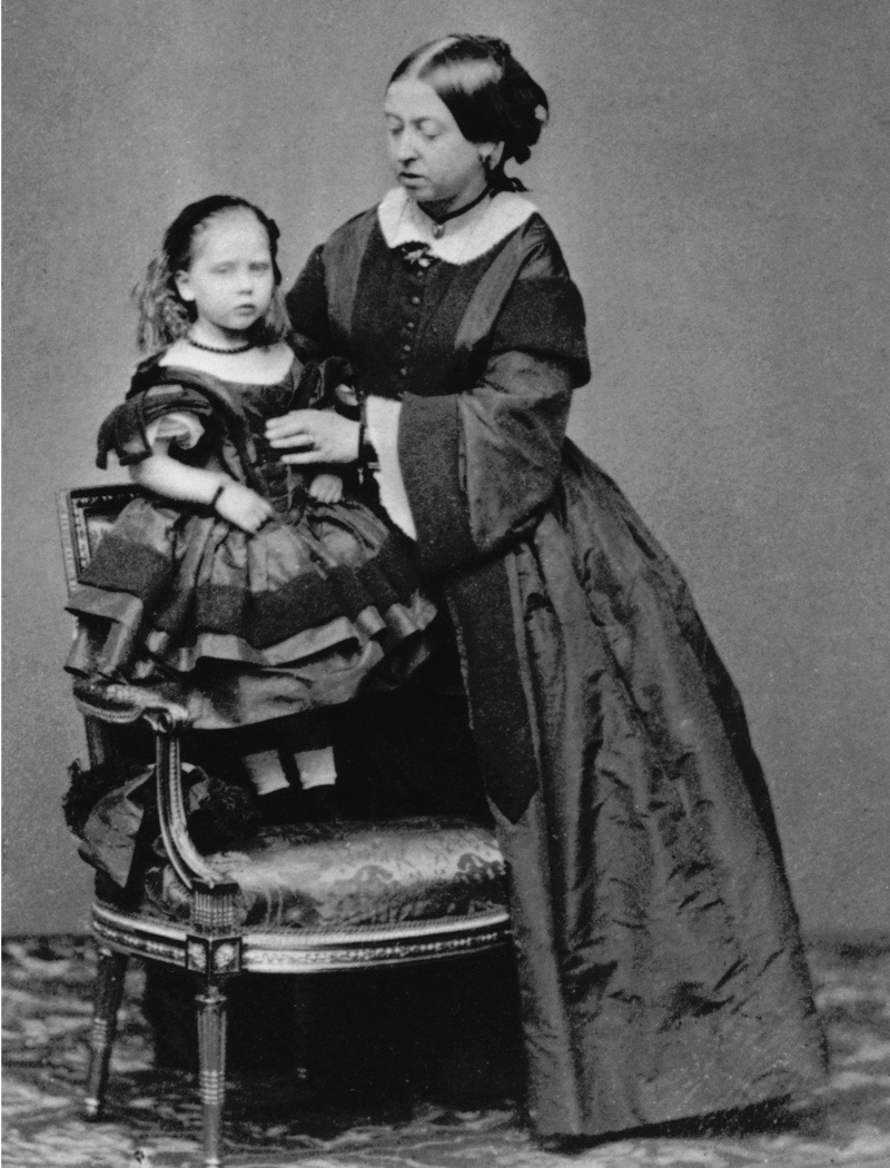 Queen Victoria (1819 - 1901) with her youngest child, Princess Beatrice (1857 - 1944), 1860. (Photo by Hulton Archive/Getty Images)