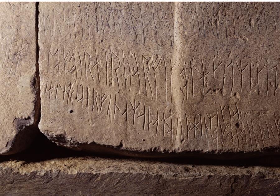 B40B22 Runes MAESHOWE ORKNEY Norseman Viking Runes on Neolithic Burial tomb chamber stone wall blocks