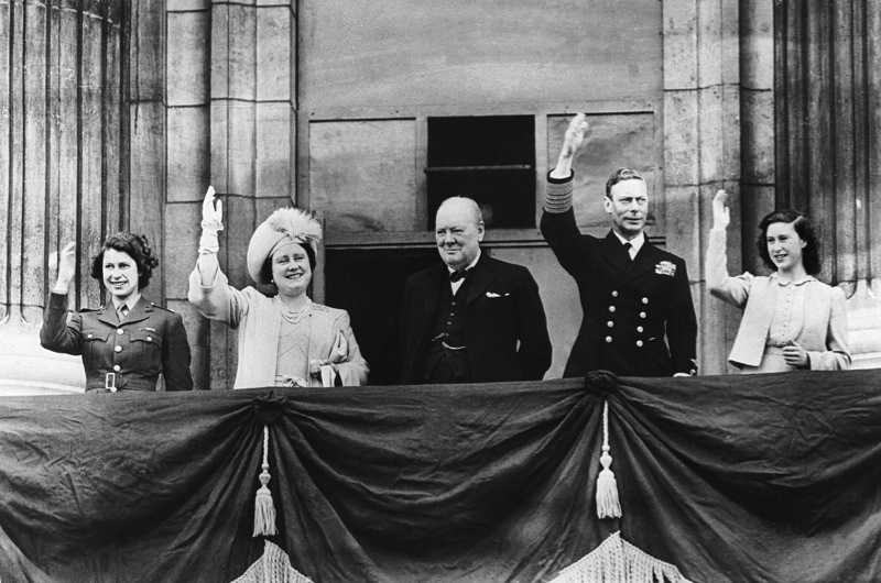 UNITED KINGDOM - MAY 08:  The British sovereigns and their daughters around the British Prime Minister Winston CHURCHILL greeting the crowd from the balcony of Buckingham Palace. From left to right : Princess ELIZABETH II, Queen Mother ELIZABETH, CHURCHILL, King GEORGE VI and Princess MARGARET.  (Photo by Keystone-France/Gamma-Keystone via Getty Images)