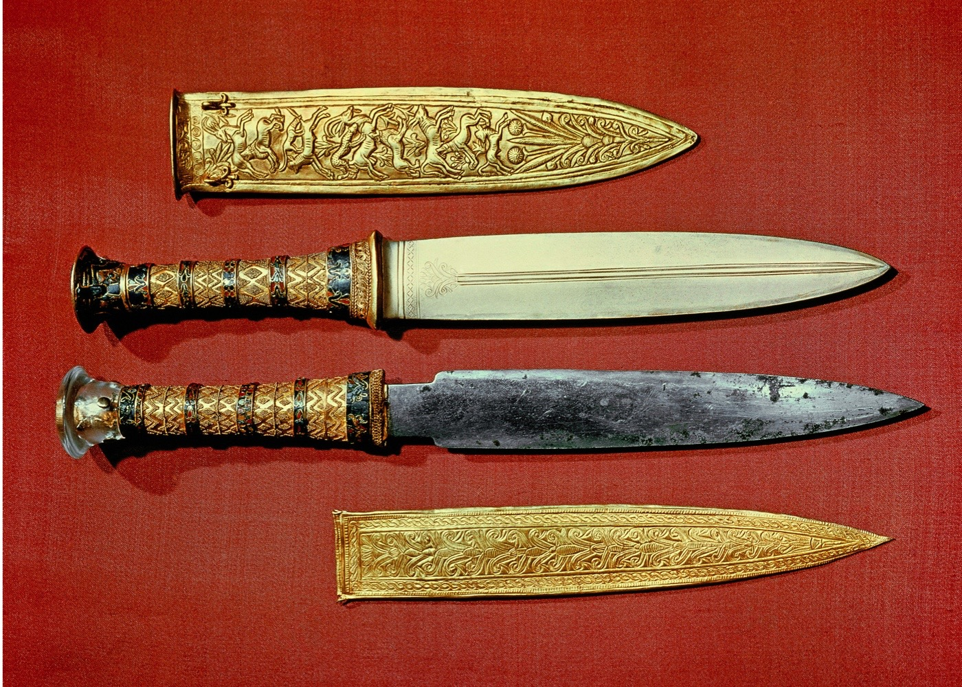 ARM2JN The king's two daggers, one with a blade of gold, the other of iron, from the tomb of the pharaoh Tutankhamun