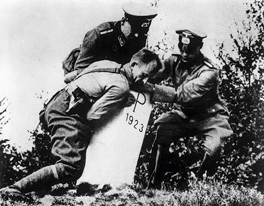 Second World War 1939ñ45: Eastern Front.Polish campaign, September 1939.German soldiers removing Polish border markings in Upper Silesia (border markings erected in 1923 after the division of Upper Silesia between Poland and Germany according to the Treaty of Geneva on 15.5.1922).Photo.
