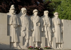 dreamstime_9706439_war-memorial-sml-040ac23