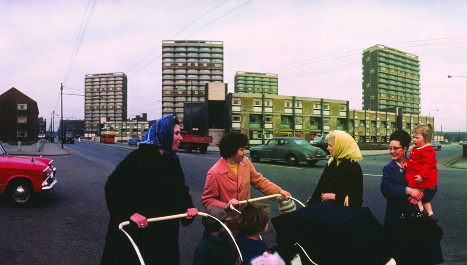 Women talk in front of the Gorbals tower blocks, Glasgow, 1964. (Photo by Albert McCabe/Getty Images)